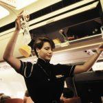 Flight-Attendant der Swissair erklärt das Funktionieren der Saue