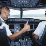 """Besatzung im Cockpit des Airbus A320-214, HB-IJC """"Winkel"""""""