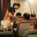 """Erste Reihe der Economy Class. Apéritif-Service Nordatlantik 1. Reihe Economy-Class hinter Durchgang zur First Classca. 1980 Gut sichtbar: """"Frischluft""""-Düsen am Sitz - intern auch """"Fussschweiss-Umwandler"""" genannt, da nur die Luft von unterhalb des Sitzes herausgeblasen wurde"""