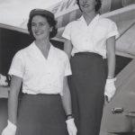 Swissair-Hostessen Rita Herzog und E. Schüle vor dem Abflug in G
