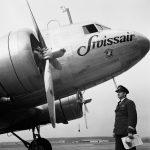 Swissair-Flugkapitän Ernst Nyffenegger vor einer Douglas DC-3 in